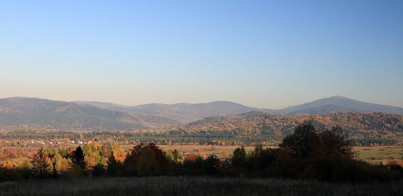 09-IMG 5668 -- Widok z rejonu Przełęczy u Poloka na wschód. Ostatni plan: grzbiet od Czerniawy Suchej do Babiej Góry