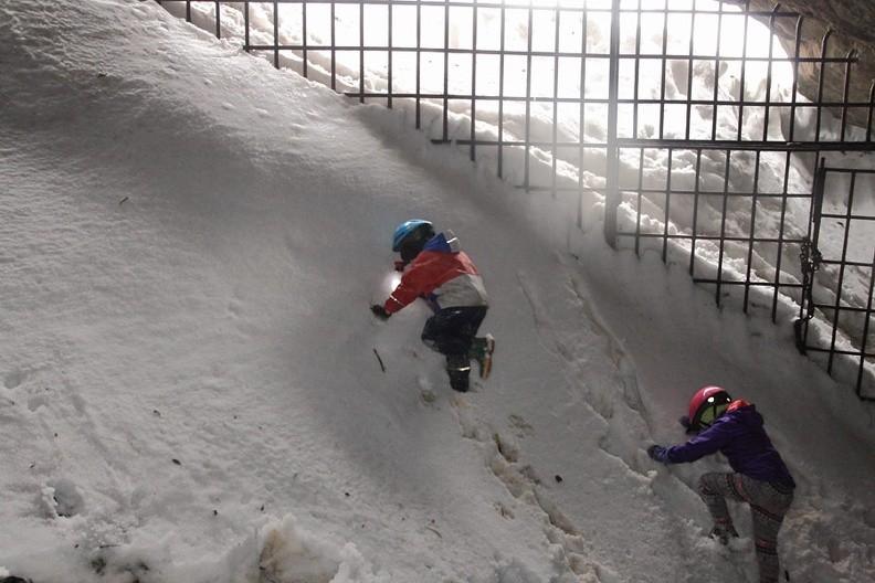 12-IMG 9818 -- Mikołaj i Anna na przyotworowej megazaspie – jest śnieg, więc trzeba korzystać