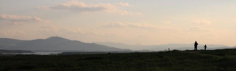 26-IMG 9940 -- Krótka przebieżka po Orawie. W tle: Magurka w pasmie Magury Orawskiej i jezioro