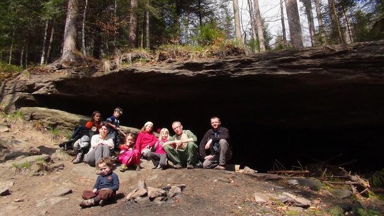 01-DSC00451 -- Kolektyw przed jaskinią