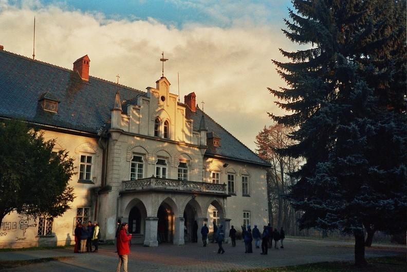 25-0041  31 -- Otoczony zabytkowym parkiem dwór w Łodygowicach. Zbudowano go w burzliwym XVII wieku – w pobliżu zachowały się resztki fortyfikacji