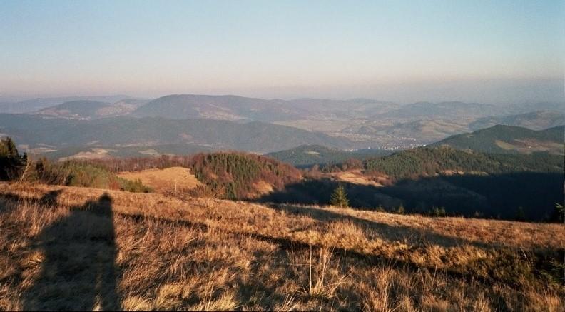 28-0127  11 -- Panorama z Gorca Młynieńskiego, w głębi po lewej Modyń