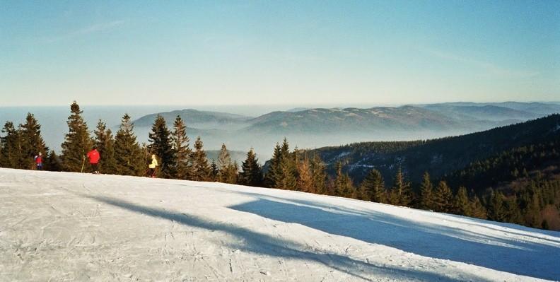 05-0510   5 -- Beskid Mały: grupa Magurki Wilkowickiej i Czupla, a dalej (z prawej) Góry Zasolskie. Wcześniej, kiedy szliśmy, na zachodzie wyraźnie rysowały się czeskie Sudety