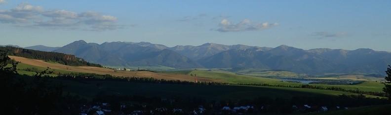 63-P5280301 -- Widok ogólny z okolic Kvačan na Niżnie Tatry: od Poludnicy do Veľkej Chochuli