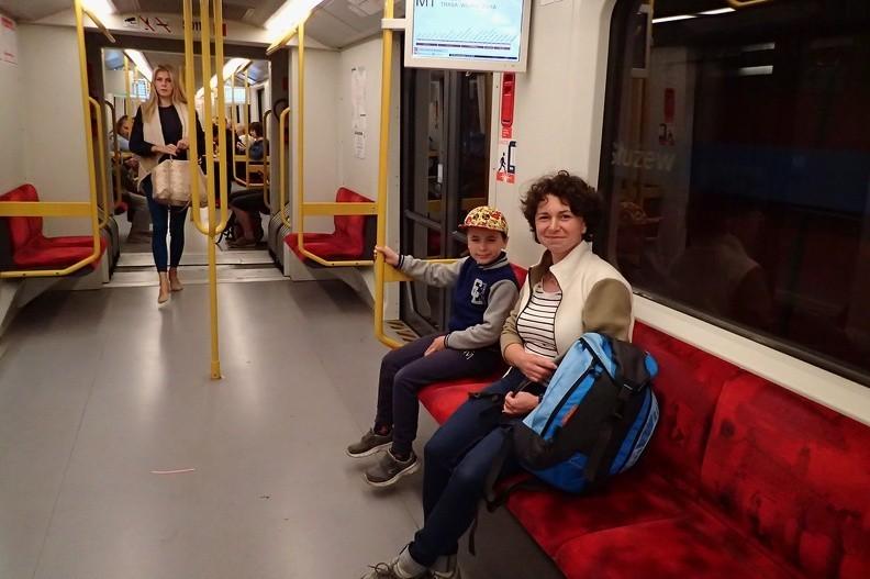 """02-P7170004 -- I linia warszawskiego metra: Mikołaj pierwszy raz w życiu jedzie koleją podziemną. Kliknij: <a href=""""http://www.metro.waw.pl/pliki/mw1/a06p.wav"""" target=""""_blank"""">LINK</a>"""