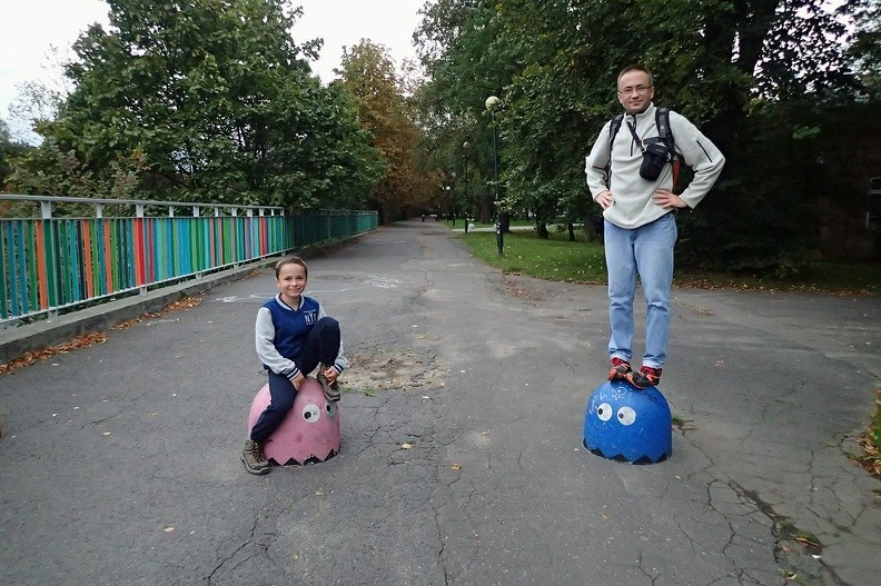 """11-P9140033 -- Nad aleją Armii Ludowej, która w listopadzie stanie się ulicą Lecha Kaczyńskiego. Równie trudno jak od polityki trudno uciec od nich... Gdzie się człowiek nie ruszy – <i>pacmany</i>: <a href=""""http://www.dziennikgorski.type.pl/zdjecia/picture.php?/1168/category/83"""" target=""""_blank"""">LINK</a>"""