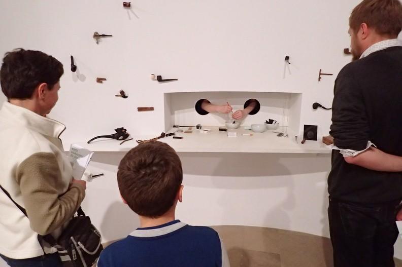 """29-P9140073 -- <i>Fumoir</i> – ciąg dalszy. Lima broni się przed opisywaniem jej sztuki terminami <i>performance</i> czy instalacja, """"chętnie jednak mówi o 'obrazach', w które wchodzi widz i w których się porusza"""""""