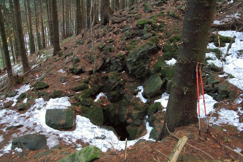 12a-IMG 0796 -- Odbiliśmy ze szlaku. Przeczesując strome zbocza i rowy osuwiskowe znajdujemy jedną z jaskiń zwanych Ondrášovy díry (Ondraszkowe Dziury)