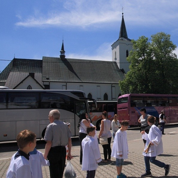 03-IMG 3375 -- Wysiadka po dotarciu do Sanktuarium Matki Bożej Królowej Podhala w Ludźmierzu