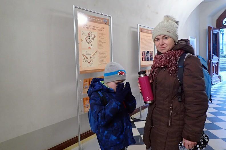 032-P1080196 -- Zeszliśmy do podziemi, by obejrzeć krypty z Grobami Królewskimi (i nie tylko królewskimi). Fotografia wykonana w przejściu Wikarówki: łyk herbaty na rozgrzewkę