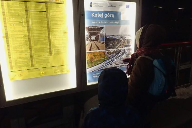 51-P3010185 -- Przystanek oddano do użytku 7 grudnia zeszłego roku. Jest częścią łącznicy kolejowej Zabłocie-Krzemionki, która usprawniła podróż z Krakowa Głównego do Skawiny; z tej ostatniej składy zmierzają do Oświęcimia lub Zakopanego. Przed grudniem kursowały najpierw do Krakowa Płaszowa, gdzie należało zmieniać kierunek jazdy