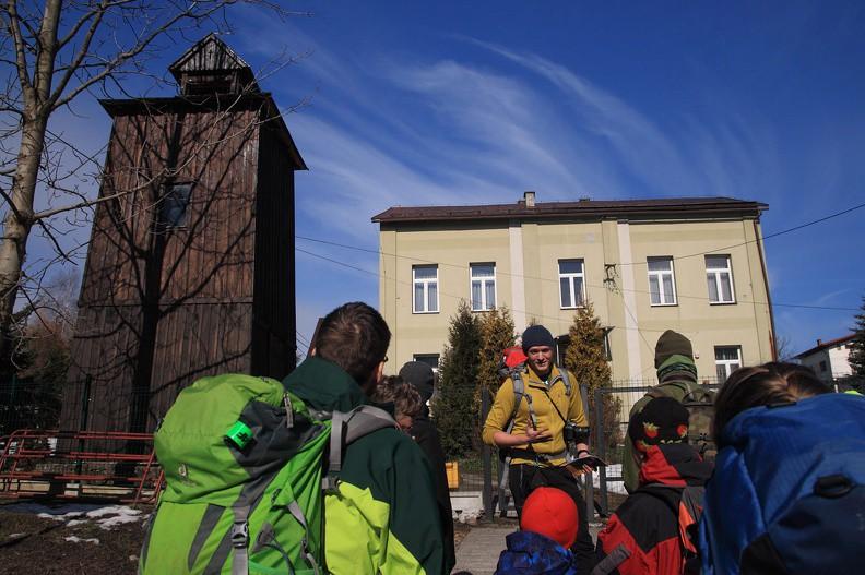 04-IMG 1359 -- Przystanek przed szkołą, przy dzwonnicy loretańskiej – w latach 80-tych zeszłego wieku postawiono ją na miejscu podobnego, XIX-wiecznego obiektu, rozebranego za okupacji (na szczęście stary dzwon został przez okoliczną ludność zakopany w ziemi, dzięki czemu przynajmniej on ocalał)