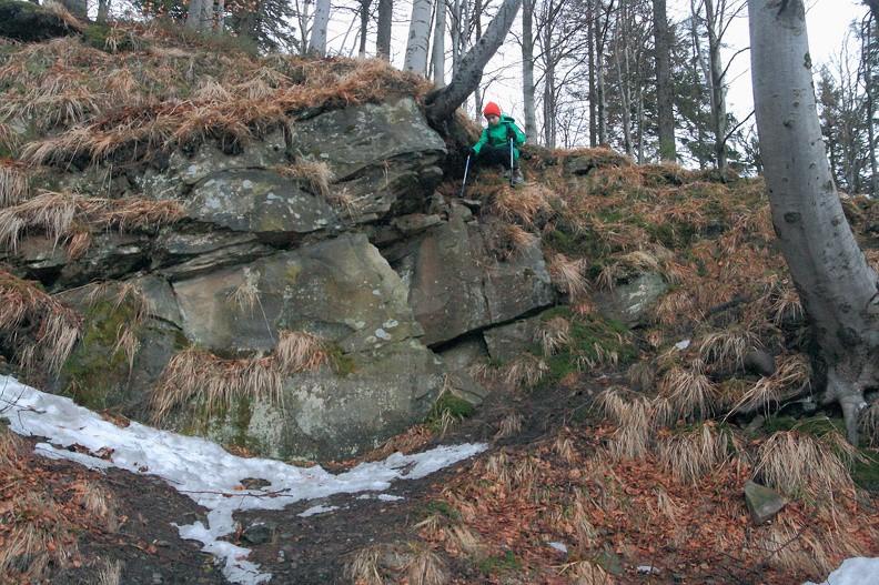 Odsłonięcia skał przy ścieżce za schroniskiem